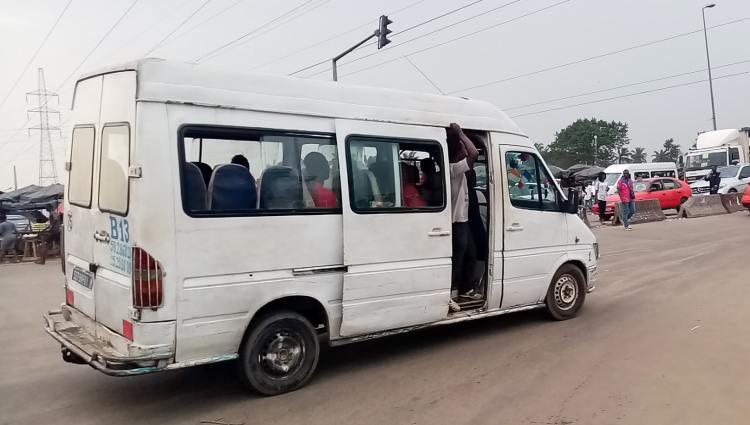 """Côte d'Ivoire: une mère oublie sa fille de 03 ans dans un bus """"gbaka"""" à Abobo"""